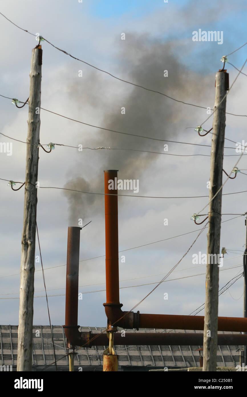 Fumée noire à l échappement d un générateur diesel. La péninsule de Yamal 60ffb578d654