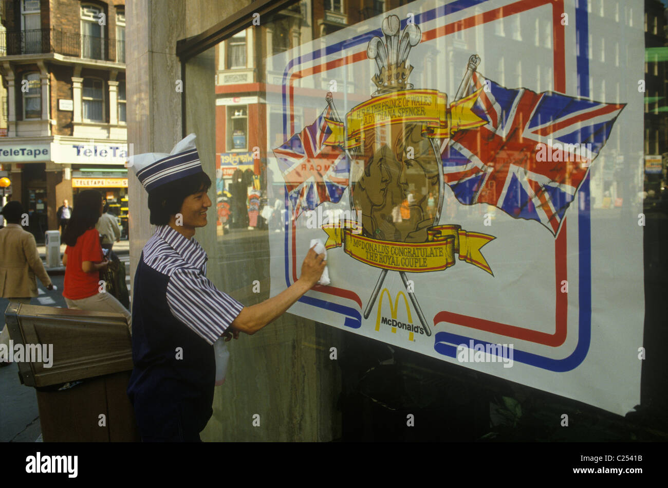 Mariage Royal Prince Charles Lady Di Diana Spencer wedding affiche en vitrine. London UK HOMER SYKES Photo Stock