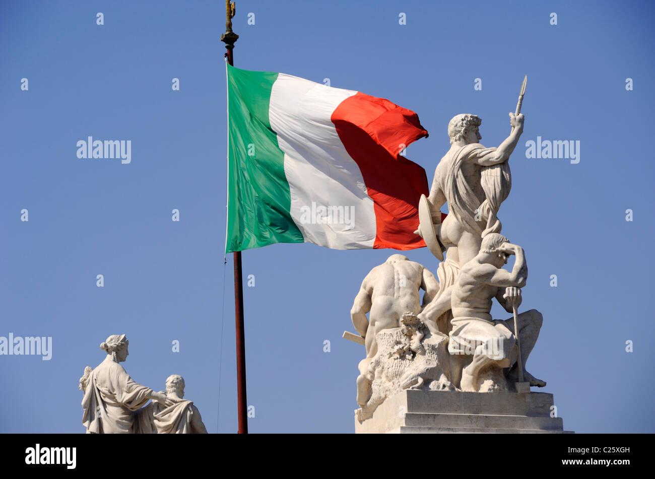 L'Italie, Rome, Piazza Venezia, le Vittoriano, statues et drapeau italien Photo Stock