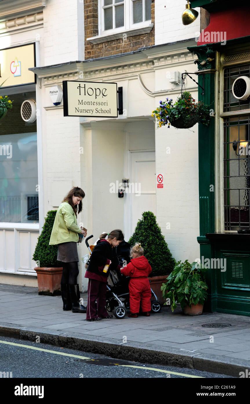 Mère et enfants en dehors de l'École Maternelle Montessori espère Marylebone London England UK Banque D'Images