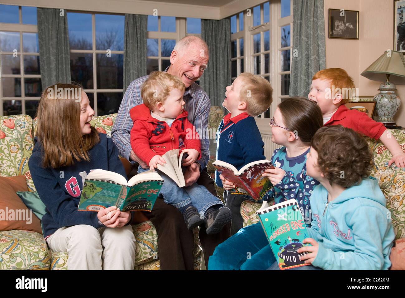 La lecture des grands-parents à ses petits-enfants. Photo:Jeff Gilbert Photo Stock
