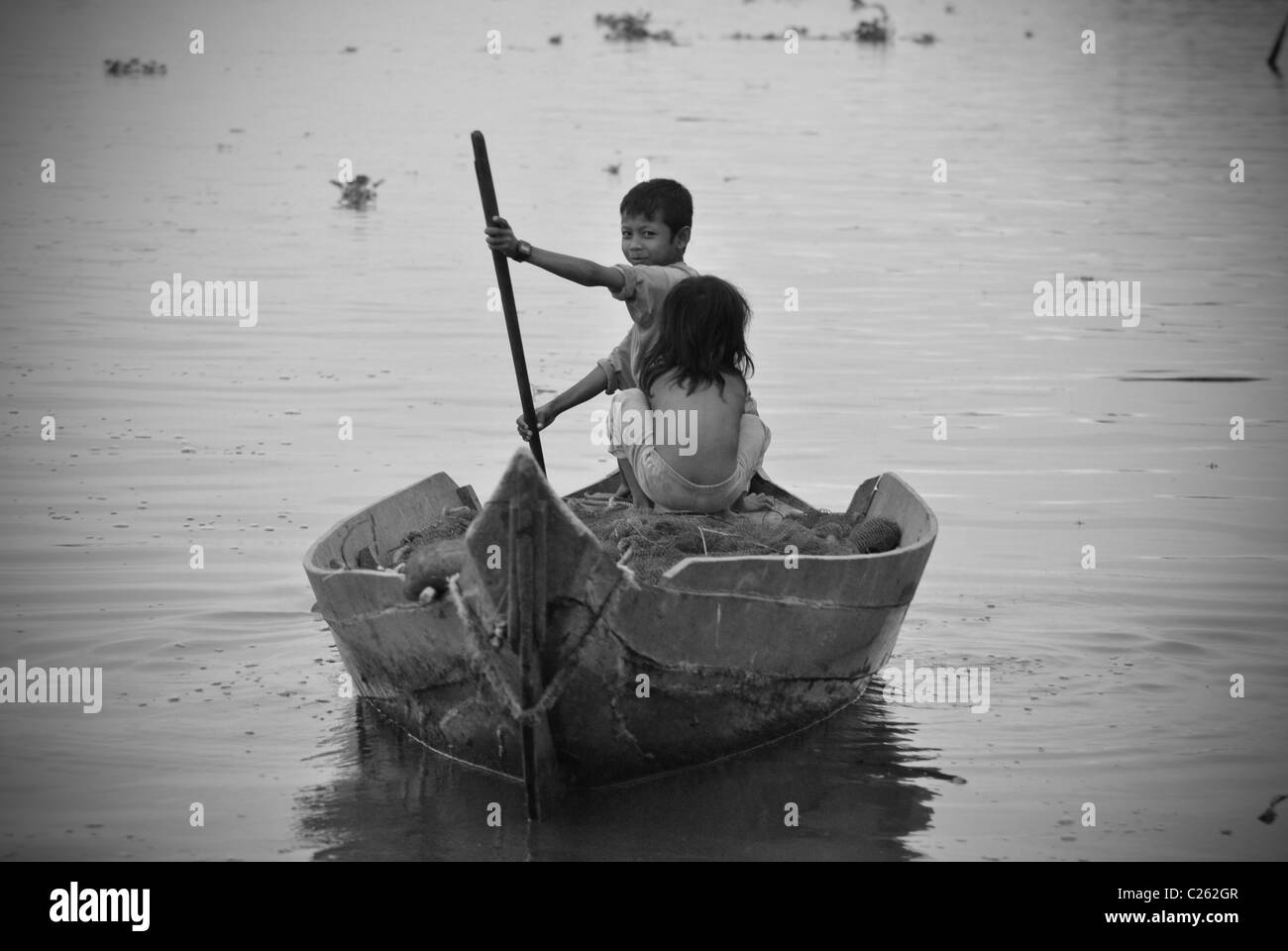 Enfants bateau à rames, lac Tonle Sap, Cambodge Photo Stock