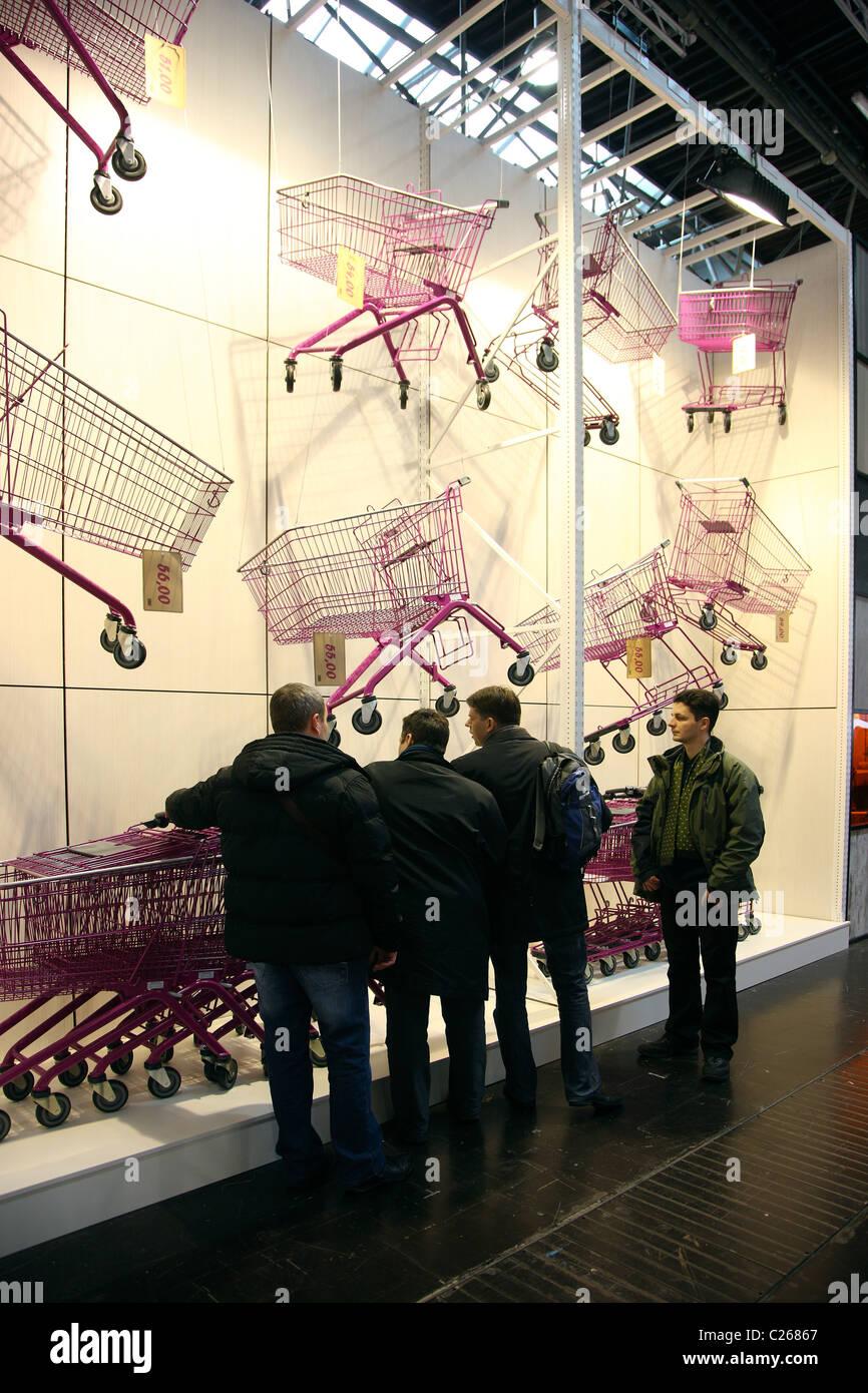 Chariots de magasinage, pour les supermarchés, boutiques. Salon de design et merchandising. Banque D'Images
