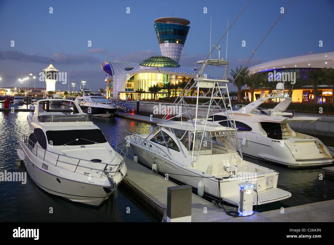 https://c8.alamy.com/compfr/c26a3n/yachts-dans-yas-marina-ile-de-yas-marina-a-linterieur-de-la-piste-de-course-de-formule-1-dabu-dhabi-emirats-arabes-unis-c26a3n.jpg