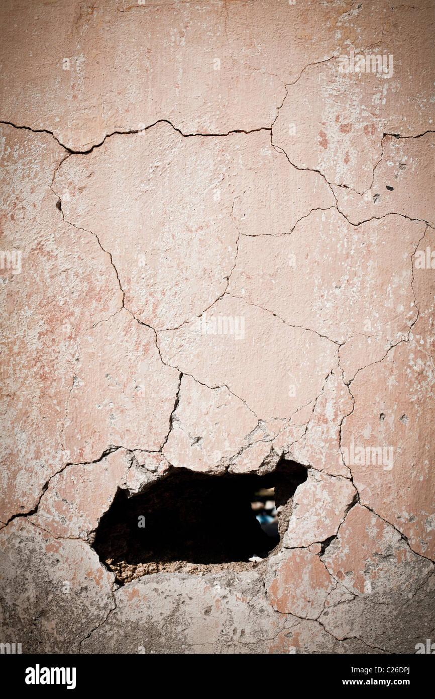 Le trou du vieux mur fissuré Photo Stock