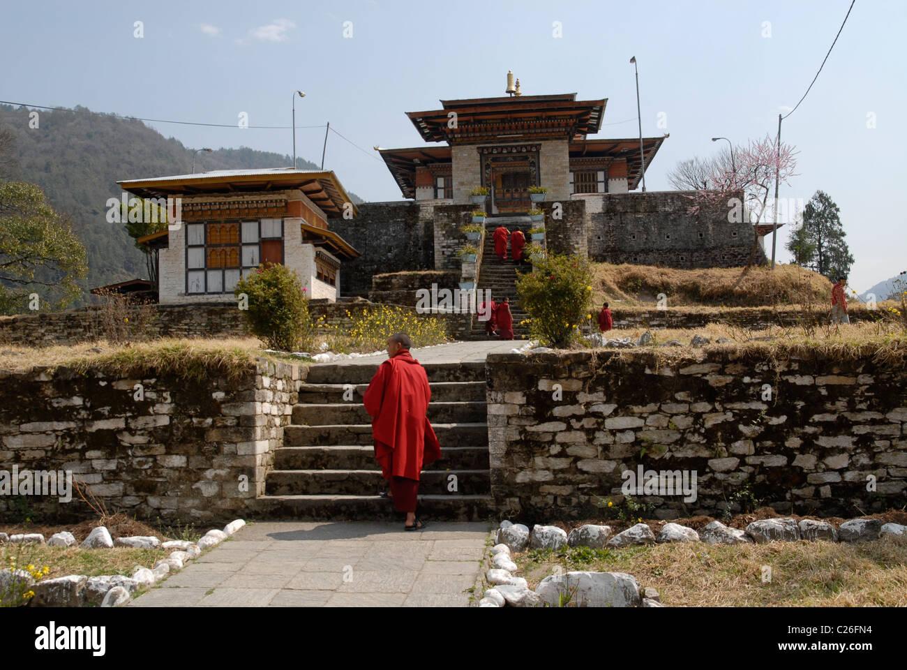 Moines à l'entrée du monastère, à l'Est, le Bhoutan Trashi Yangtse Photo Stock