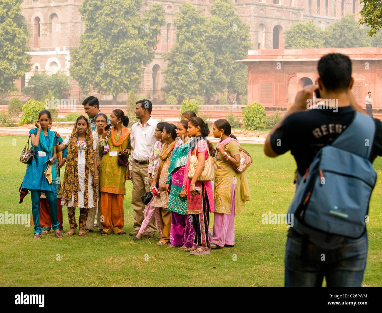 Un homme à prendre des photos d un groupe de belles femmes indiennes au Fort 1696e38d17f4