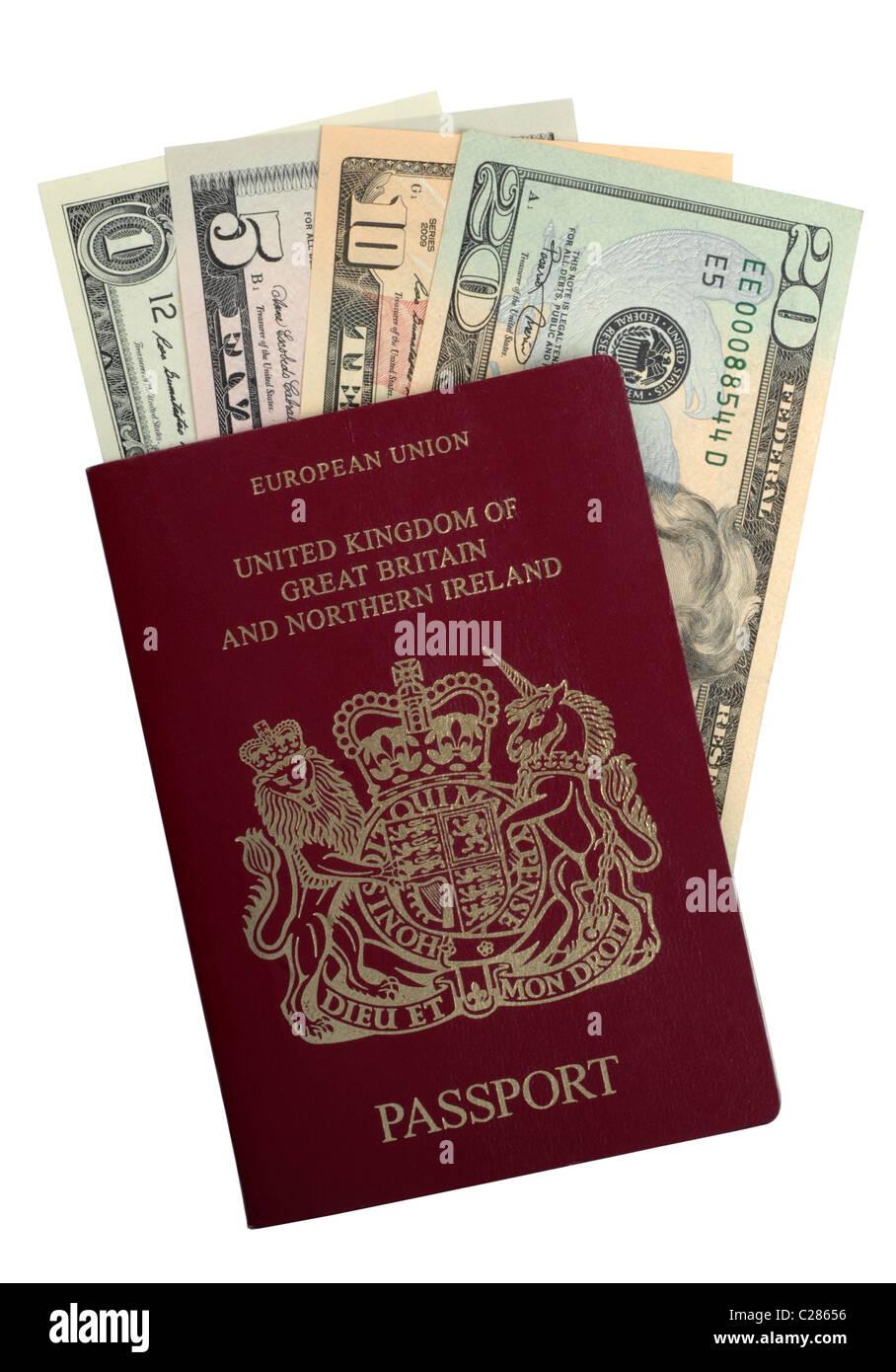 Dollar, dollars, argent, billets de banque américains dans un passeport britannique Photo Stock