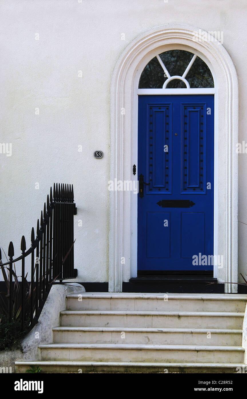 Entrée De Maison Avec Marche une porte d'entrée d'une maison avec des marches et des
