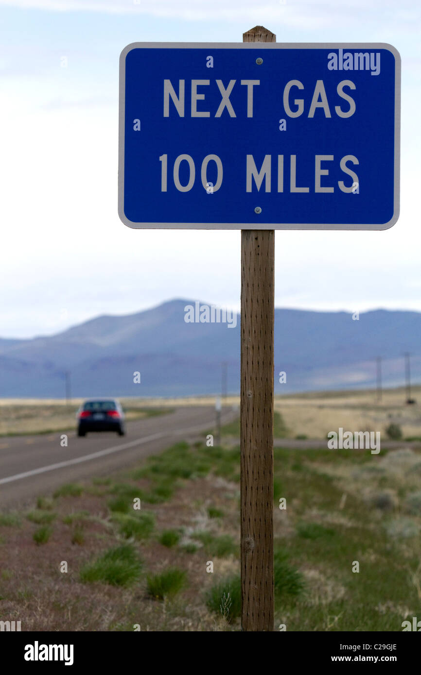 Gaz suivant 100 miles road sign à la frontière de l'Oregon et le Nevada, USA. à McDermitt Photo Stock