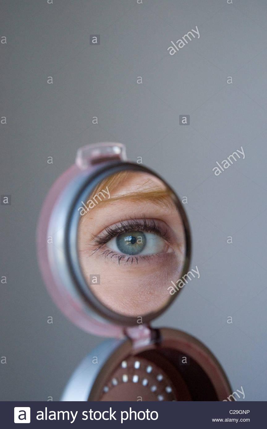 Gros plan d'une femme à la recherche dans le miroir. Photo Stock