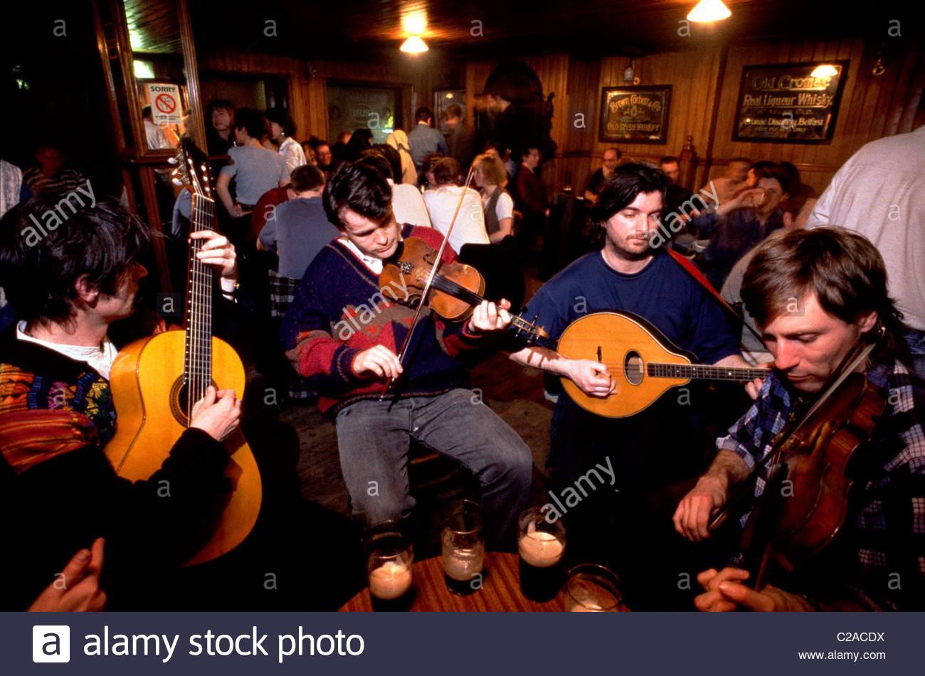 Session de musique traditionnelle irlandaise dans Madden's Bar, à Belfast. Photo Stock