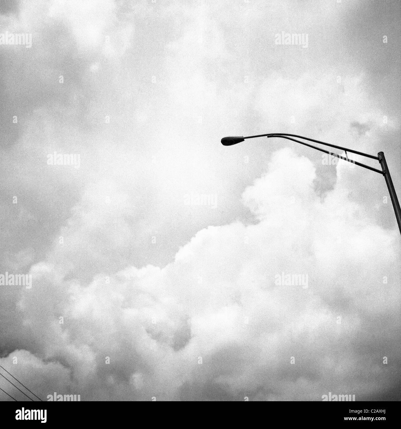 Lampe de rue contre le ciel d'orage Photo Stock