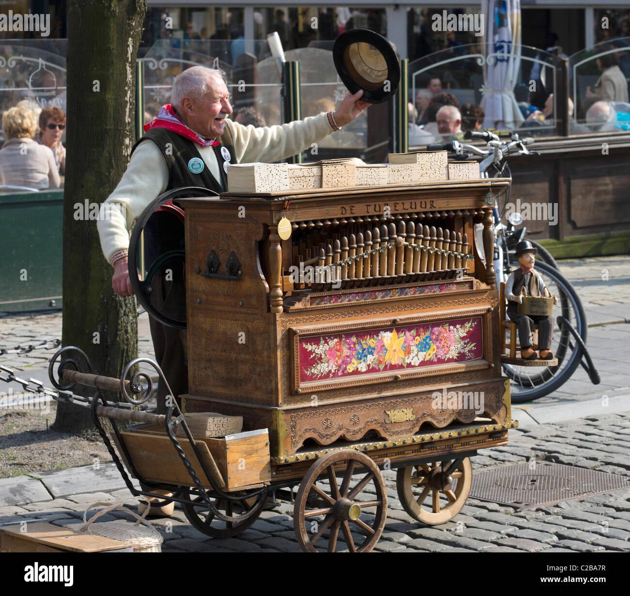 Ancien joueur d'orgue de la Grote Markt (Grand Place), Anvers, Belgique Photo Stock