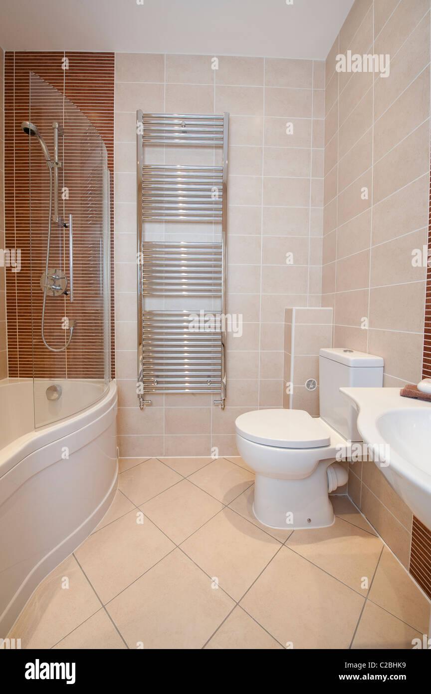 Belle vue de l\'intérieur d\'une salle de bains moderne dans ...