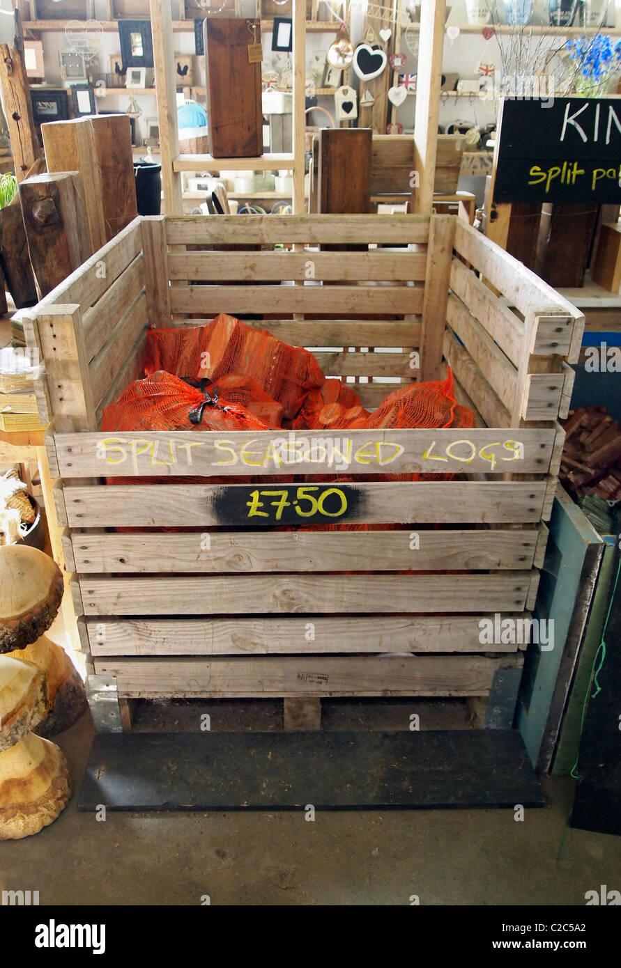 Bois de chauffage sec ou en utilisant du bois recyclé en vente à l'accueil de Brighton Woodstore, Photo Stock