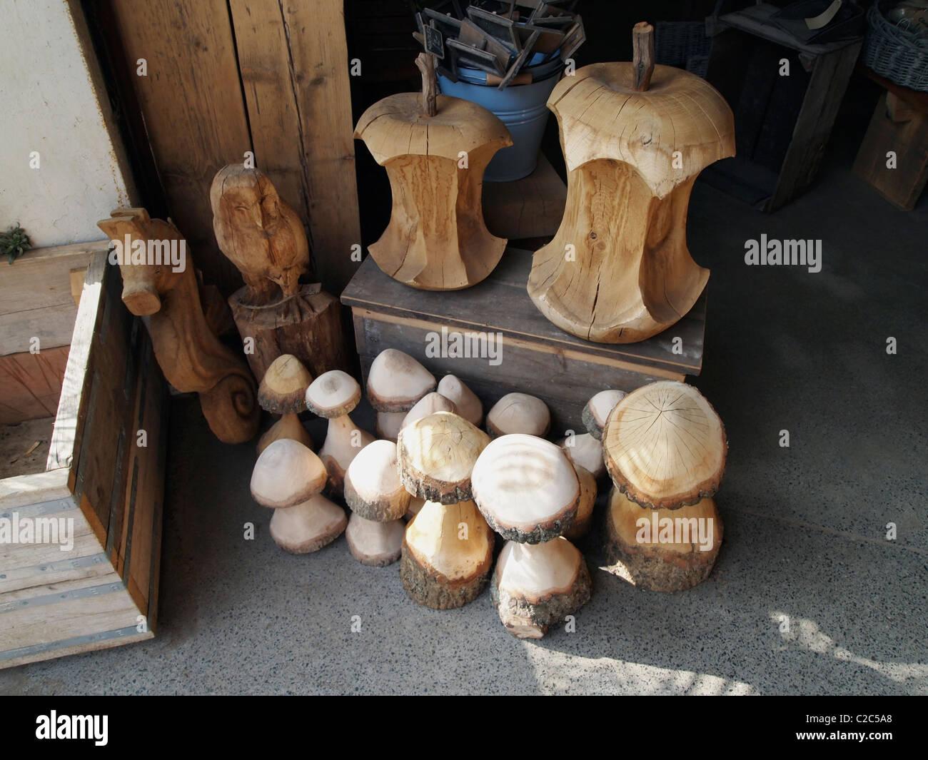 À l'aide d'objets de décoration en bois recyclé en vente à l'accueil de Brighton Photo Stock