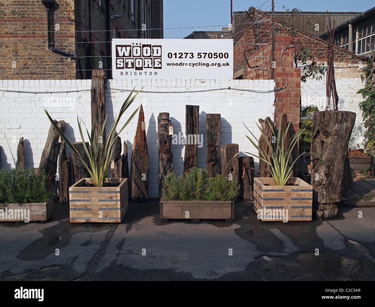 Garden planters fabriqués à partir de bois recyclé et de sculptures plus petites de 'driftwood' Photo Stock