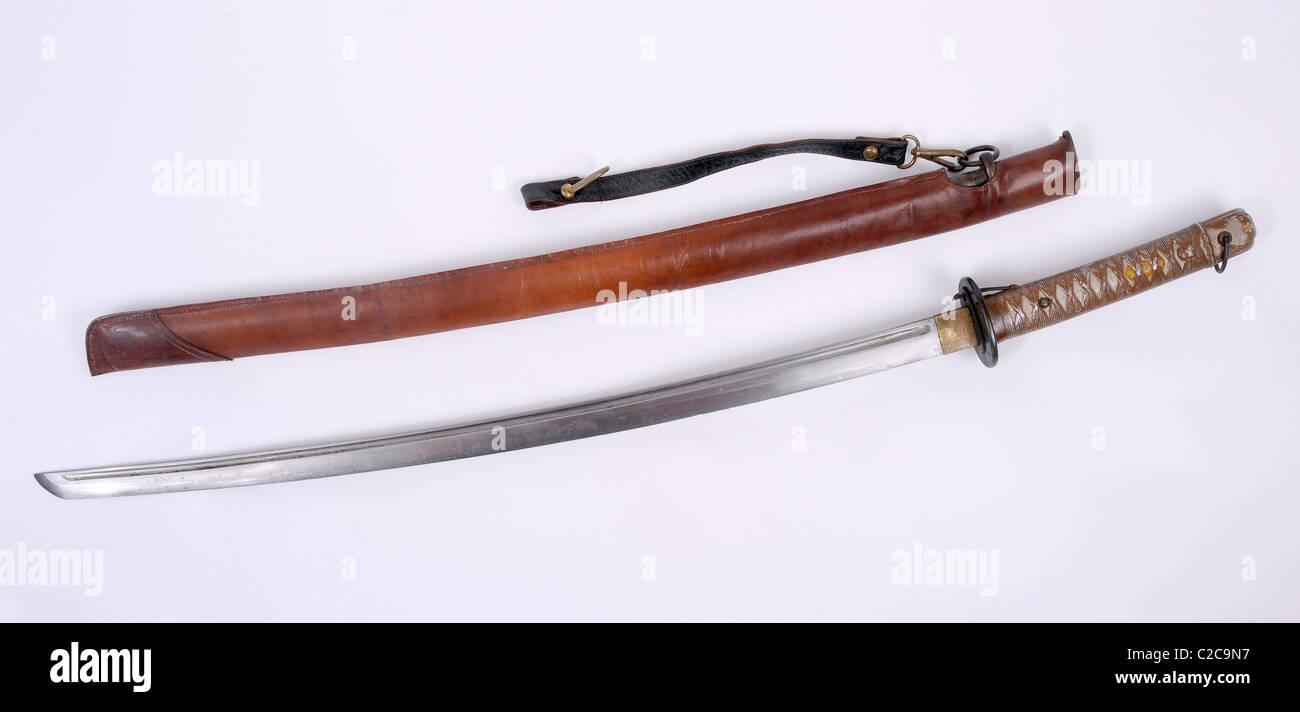 Sous-officier japonais WW11 Shin Gunto katana Épée en cuir avec couvercle sur le terrain. Photo Stock