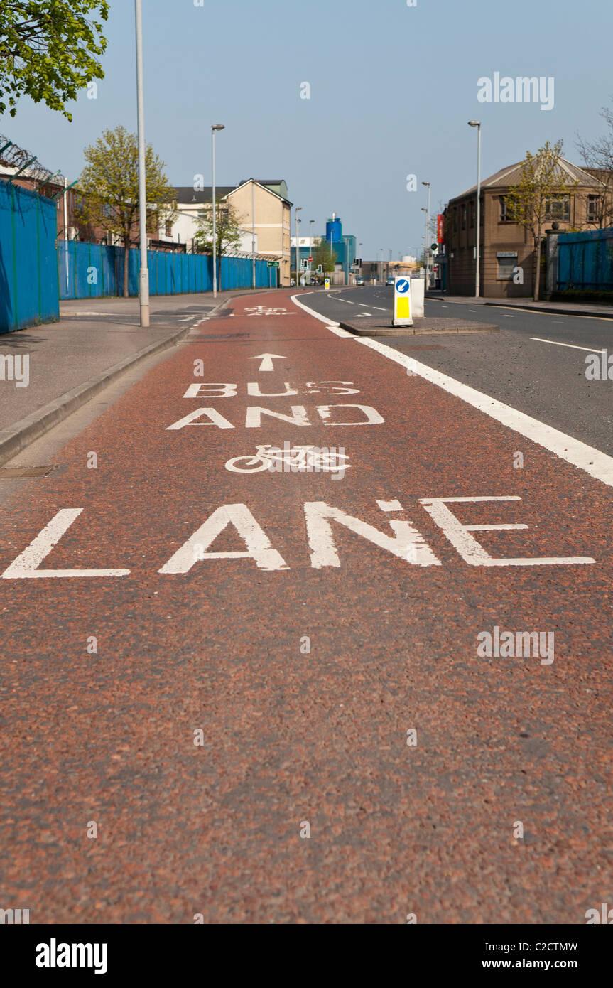 Bus et voie cyclable marquage routier Photo Stock