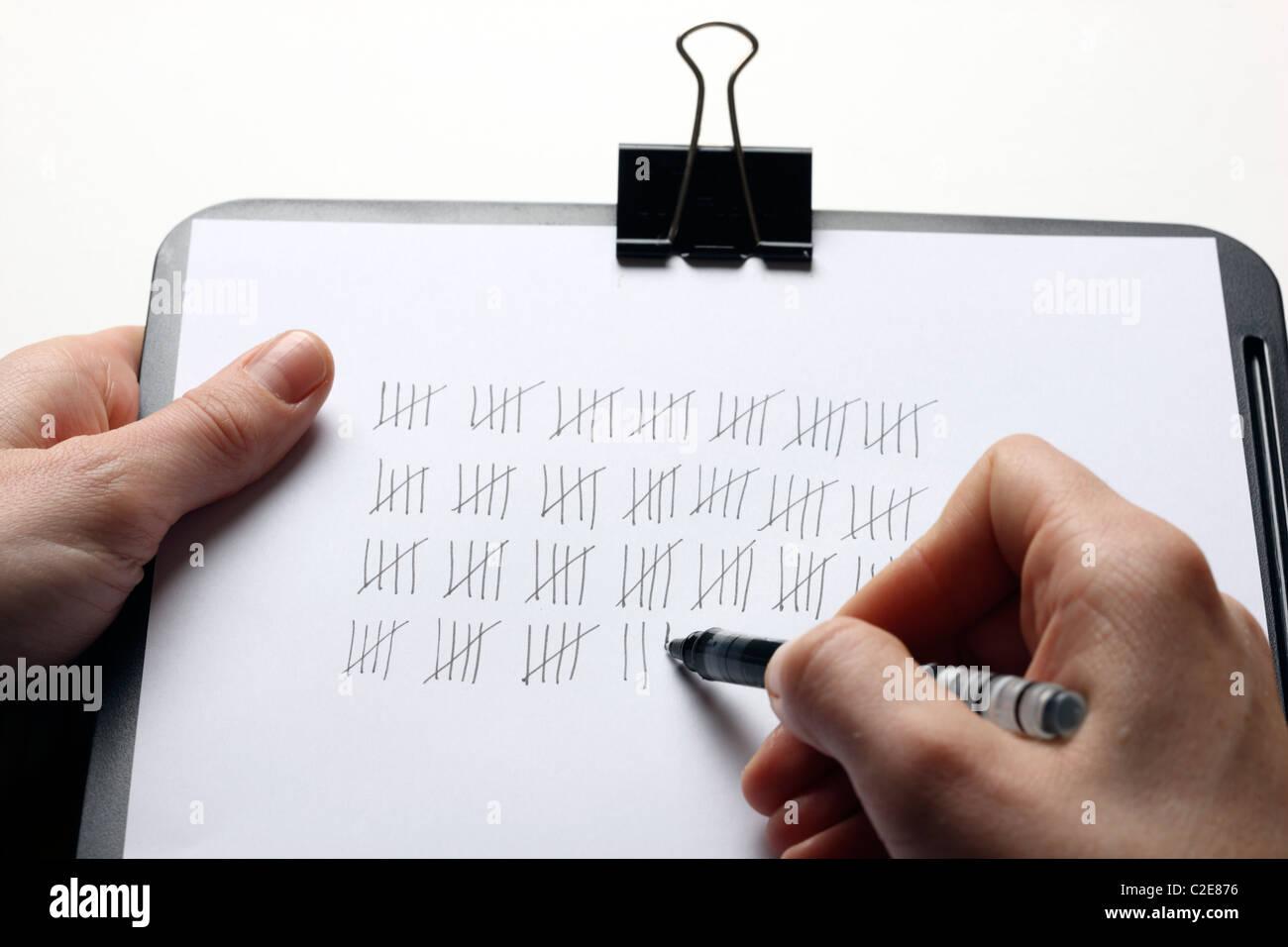 Greffier de pointage, compter les choses, liste de contrôle. Photo Stock