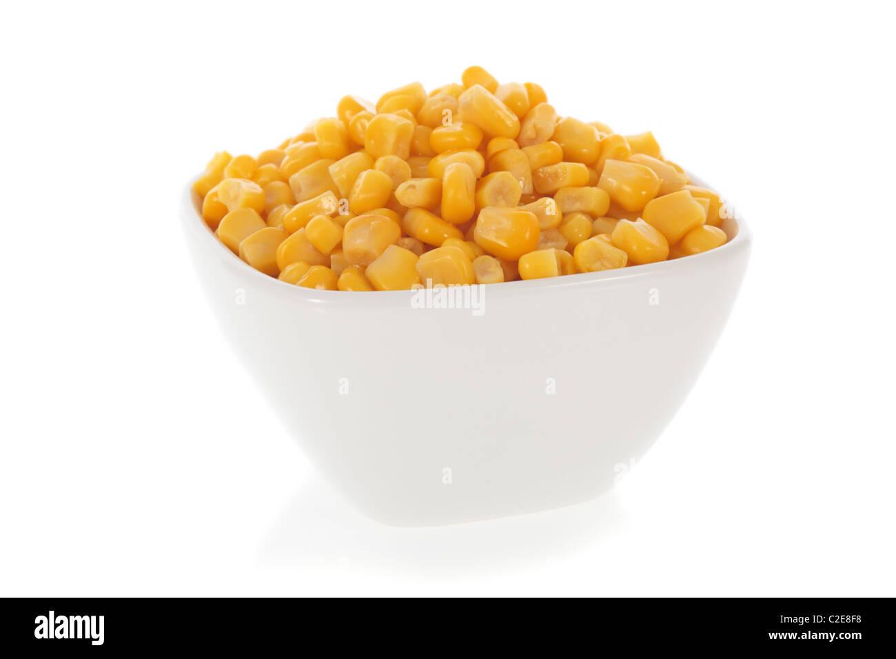 Le maïs sucré dans un bol isolé sur fond blanc Photo Stock