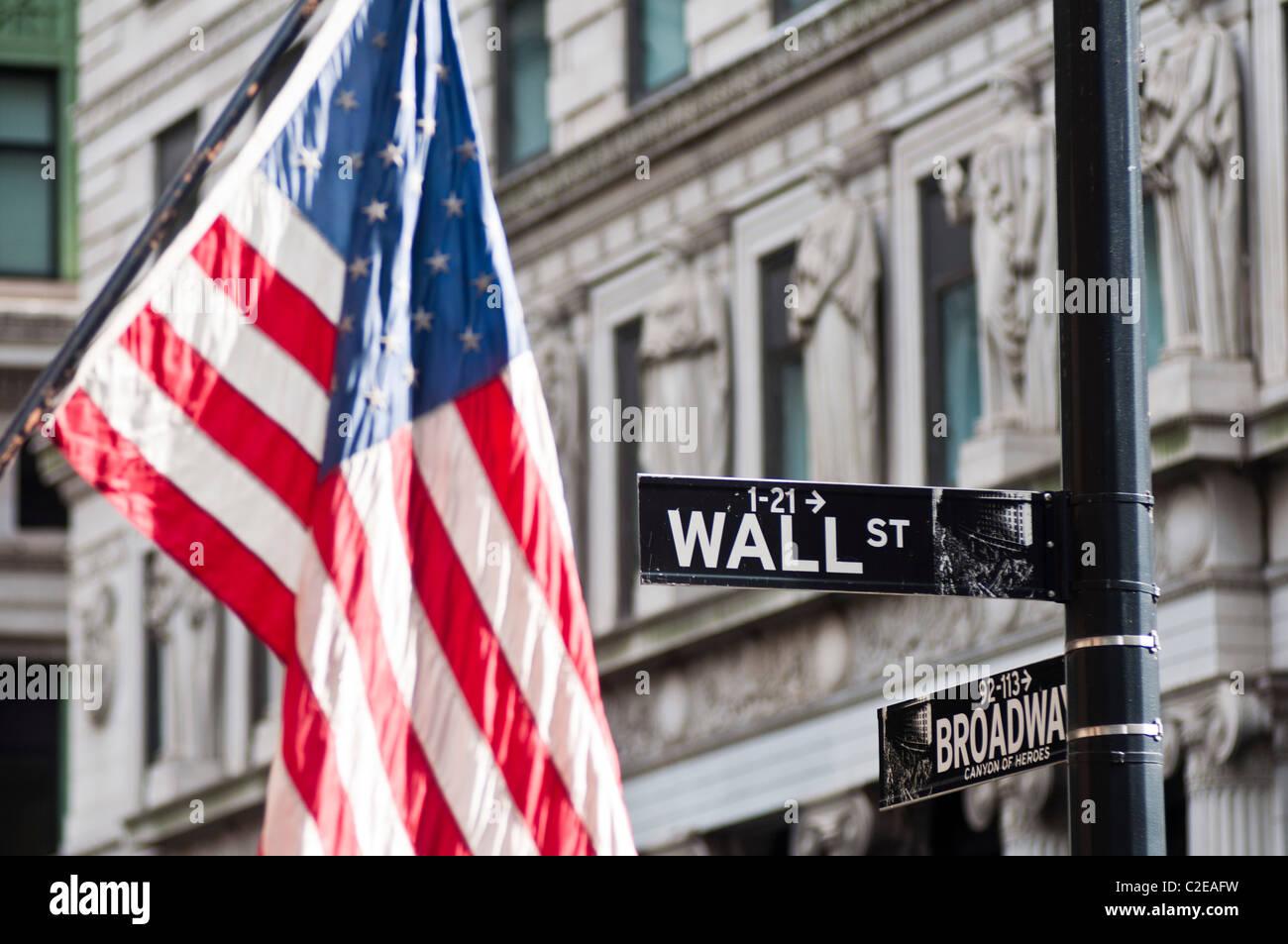 Drapeau américain et Wall Street road chanter, du quartier financier, Lower Manhattan, New York City, USA Photo Stock