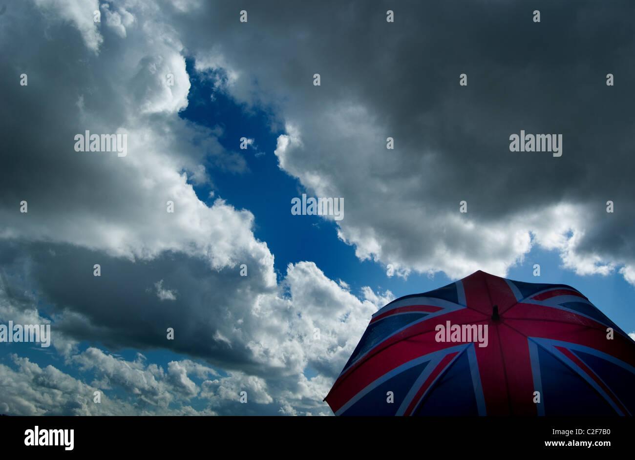 Brexit,Union jack contre un parapluie ciel nuageux, ciel d'orage. L'économie britannique / météo Photo Stock