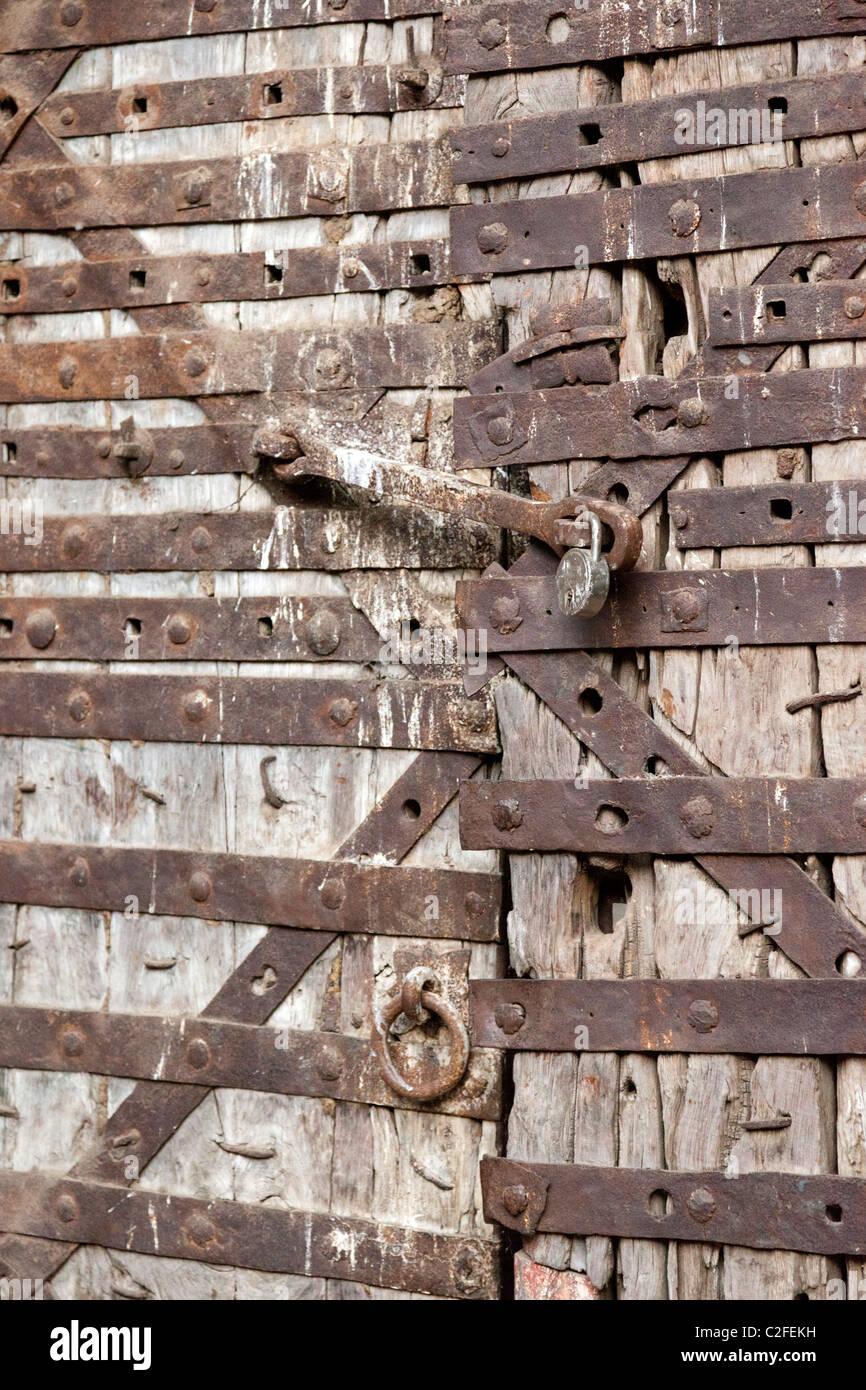 Cadenassé les portes en bois plaqué dans la ferronnerie. Sholapur Fort Maharashtra Inde Banque D'Images