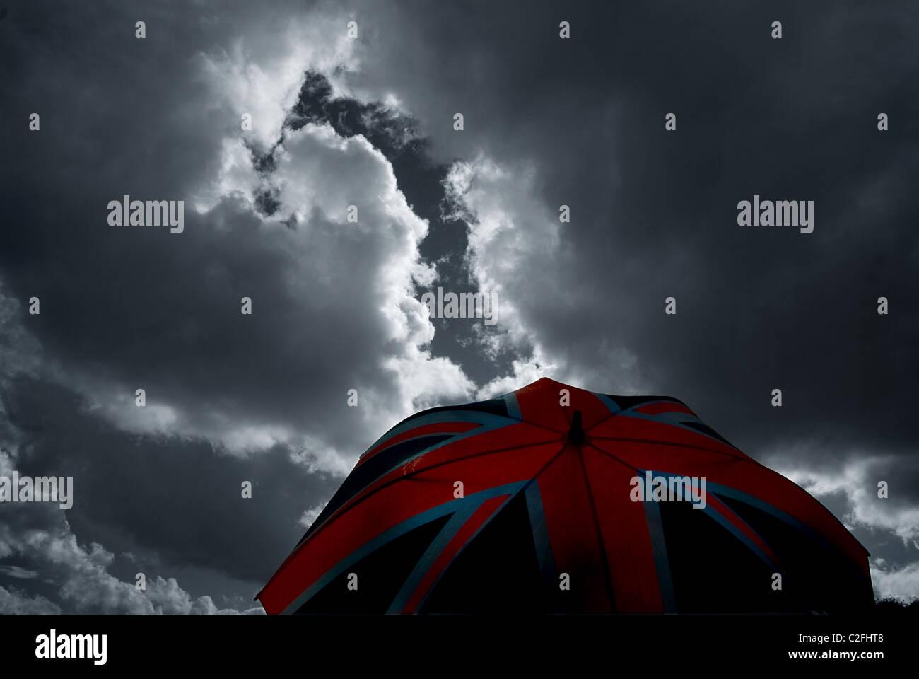 Brexit,Union jack contre un parapluie ciel nuageux, ciel d'orage. La notion économique. Photo Stock