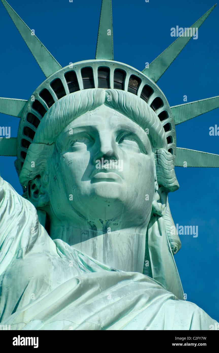 Statue de la liberté sur la couronne un ciel bleu Banque D'Images