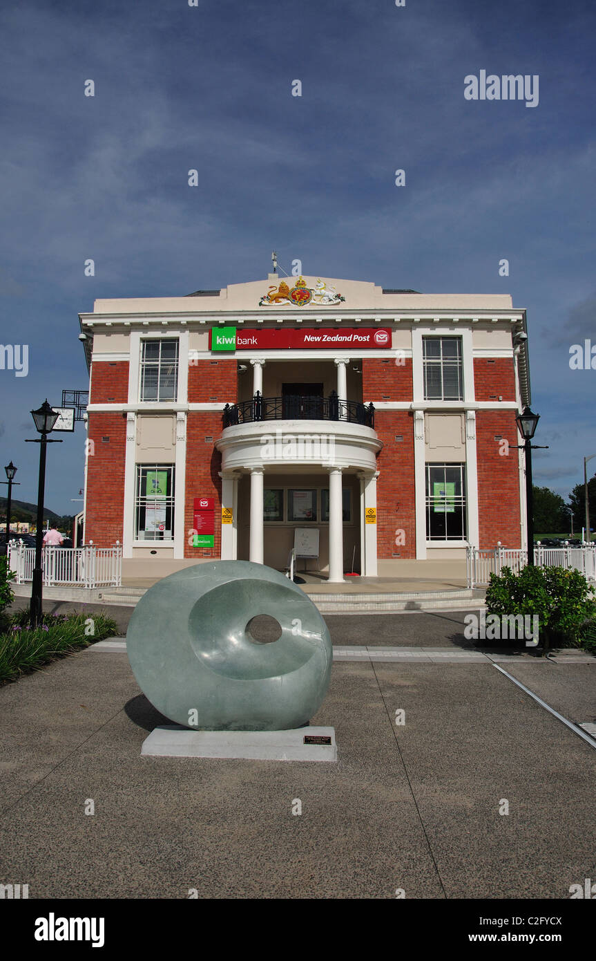Old Post Office Building et Maori Sculpture d'ancrage, Belmont Road, Paeroa, de la région de Waikato, Nouvelle Photo Stock