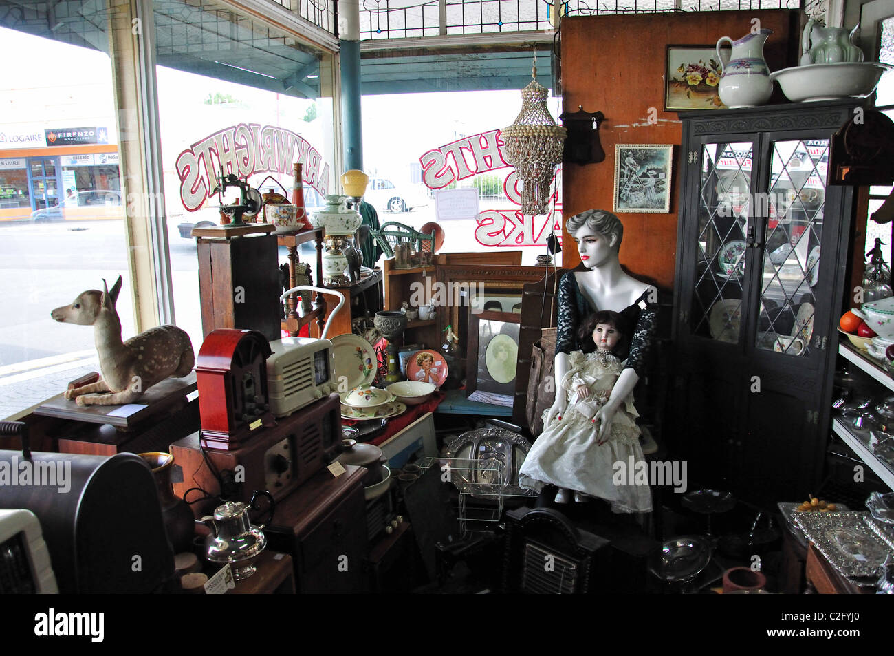 Antique Shop Arkwrights intérieur, Belmont Road, Paeroa, de la région de Waikato, Nouvelle-Zélande, Photo Stock