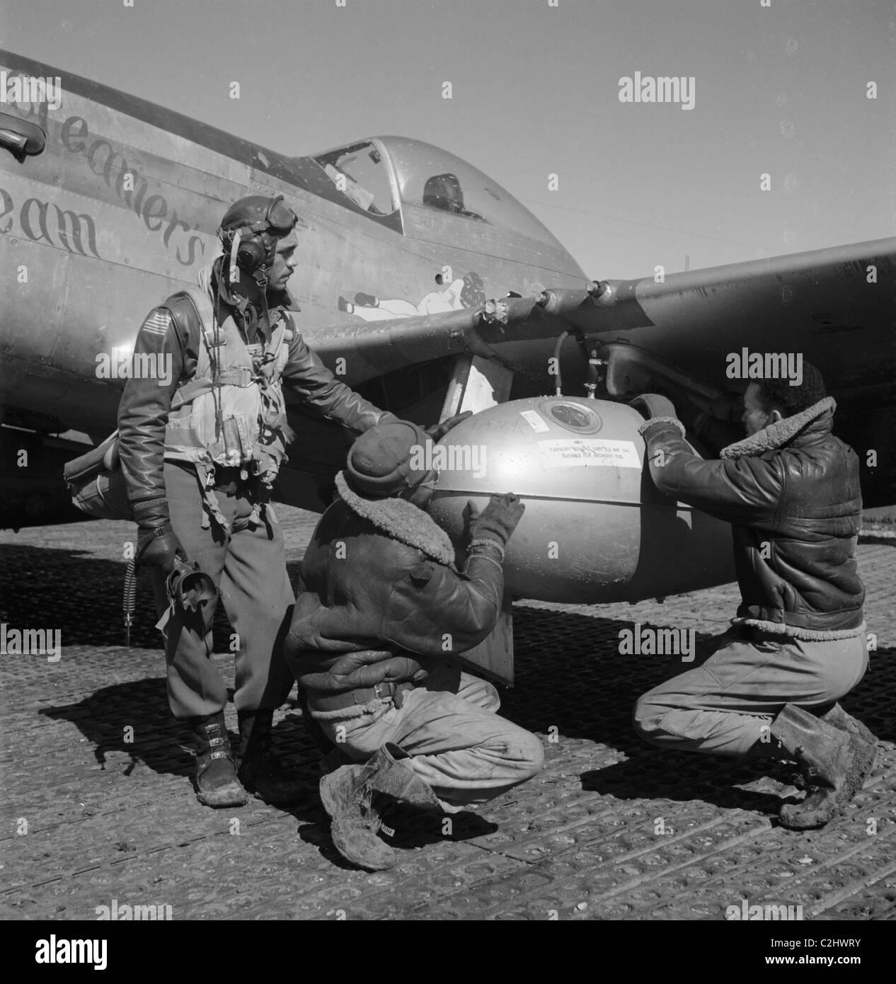 Edward C. Gleed et deux aviateurs, Ramitelli Tuskegee non identifiés, l'Italie, mars 1945] Photo Stock