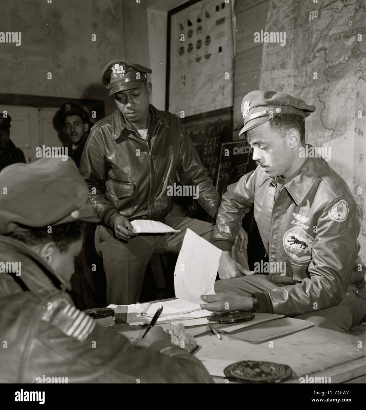 Woodrow W. Tuskegee Airmen Crockett et Edward C. Gleed, Ramitelli, Italie, Mars 1945 Photo Stock