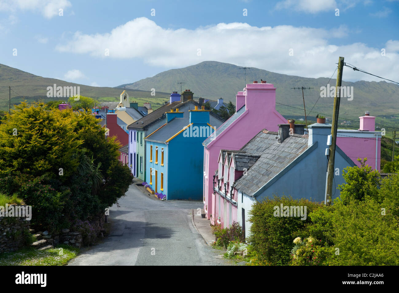 Les maisons aux couleurs vives de Eyeries village, Péninsule de Beara, comté de Cork, Irlande. Photo Stock