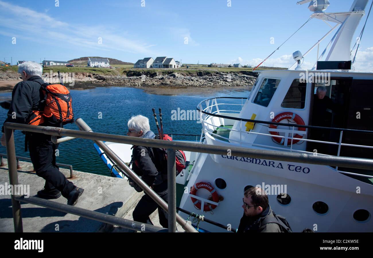 Les touristes débarquant le traversier à l'île de Tory, comté de Donegal, Irlande. Photo Stock
