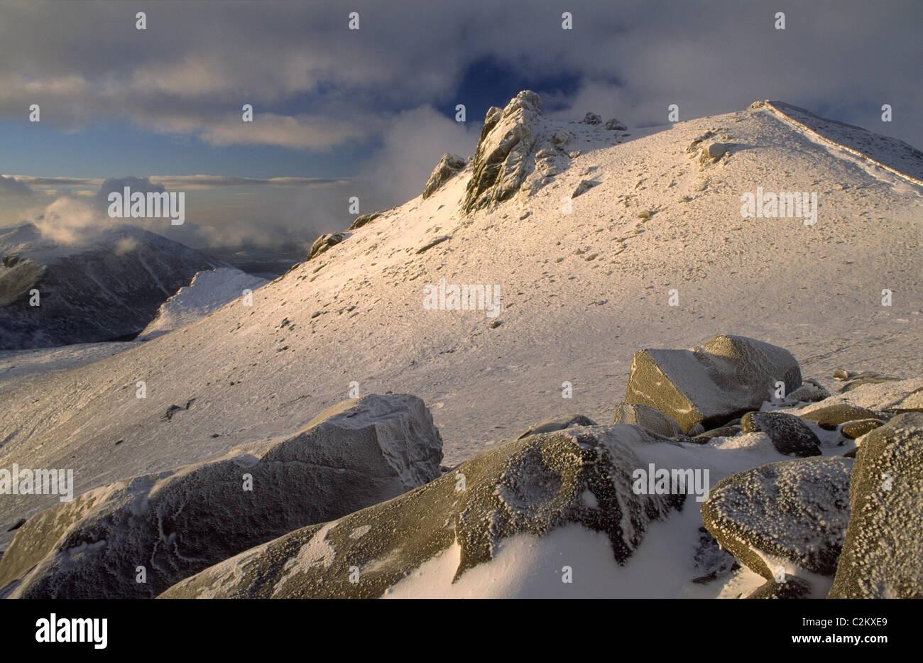 Le sommet de Slieve Bearnagh en hiver, les montagnes de Mourne, comté de Down, Irlande du Nord. Photo Stock