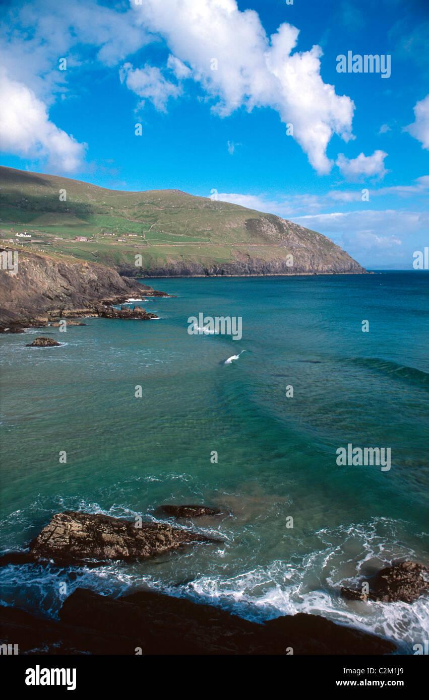 Vue d'été à travers la baie de Coumeenoole de Slea Head, péninsule de Dingle, comté Photo Stock