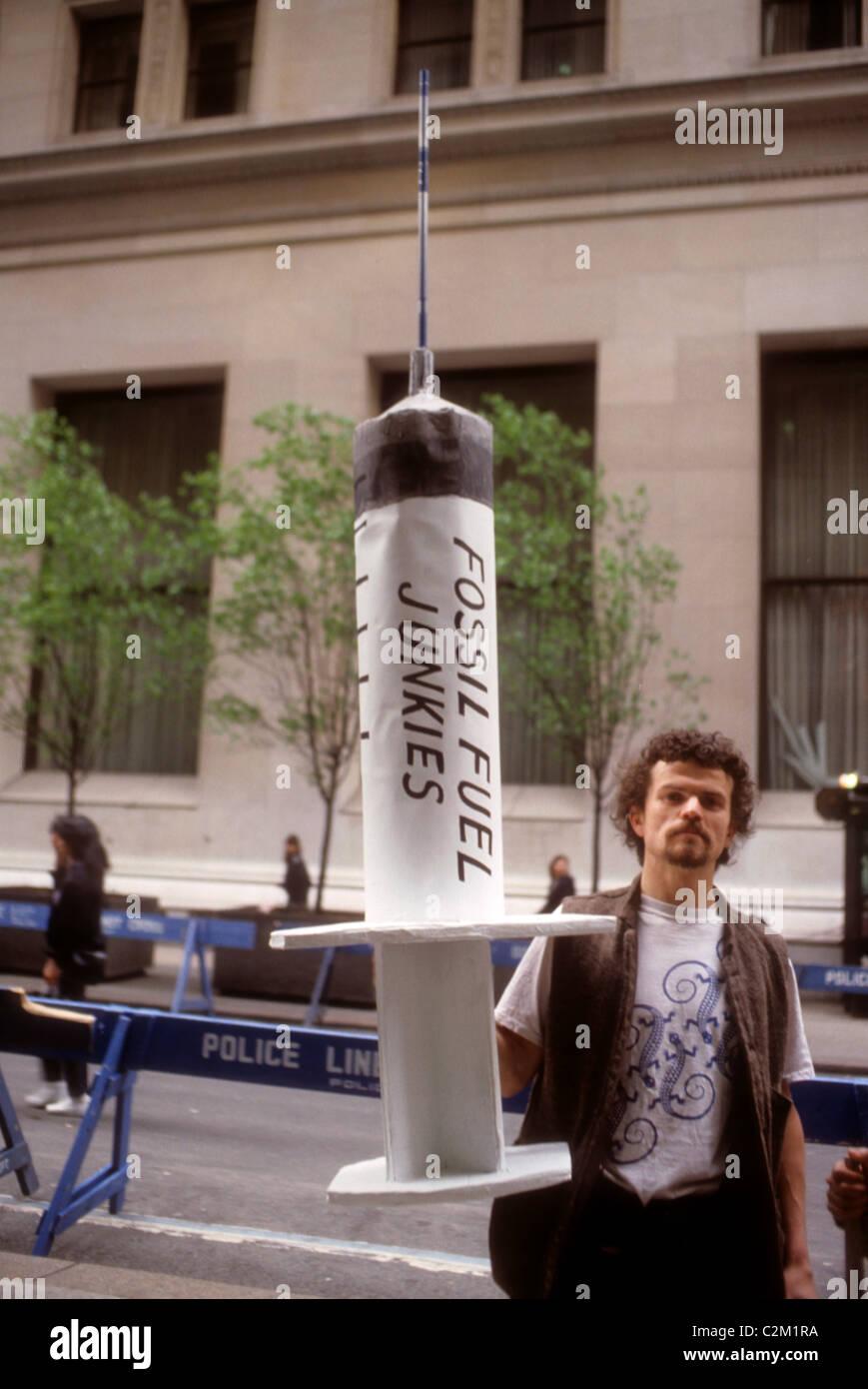 Des activistes protestent contre l'état de la planète sur Wall Street à New York en avril 1990. Photo Stock
