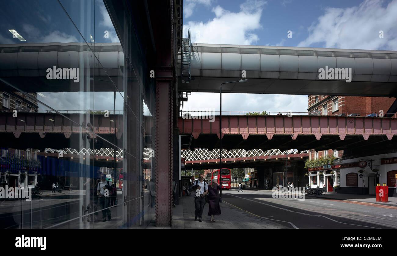 La gare de Waterloo, Lambeth, Londres. Ponts ferroviaires et de pub. Banque D'Images