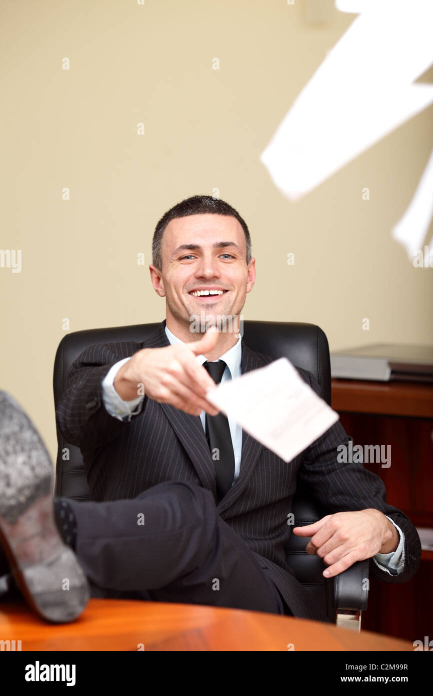 Ambiance mature handsome businessman throwing papers à l'appareil photo Photo Stock