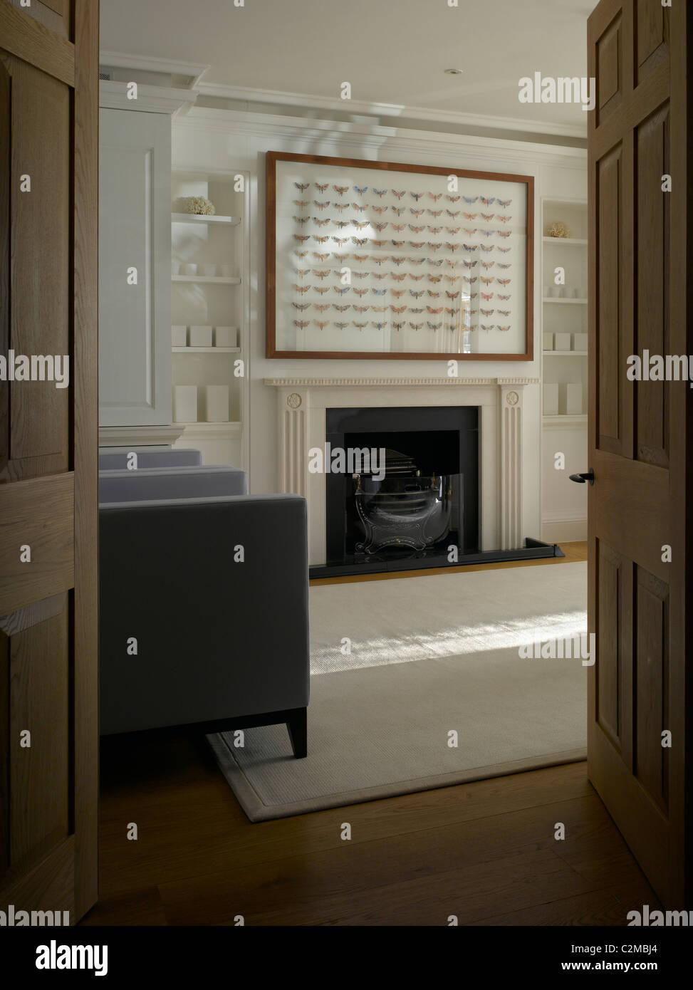 Chambre à Chelsea, Londres. Monochrome moderne et élégant salon avec cheminée Banque D'Images