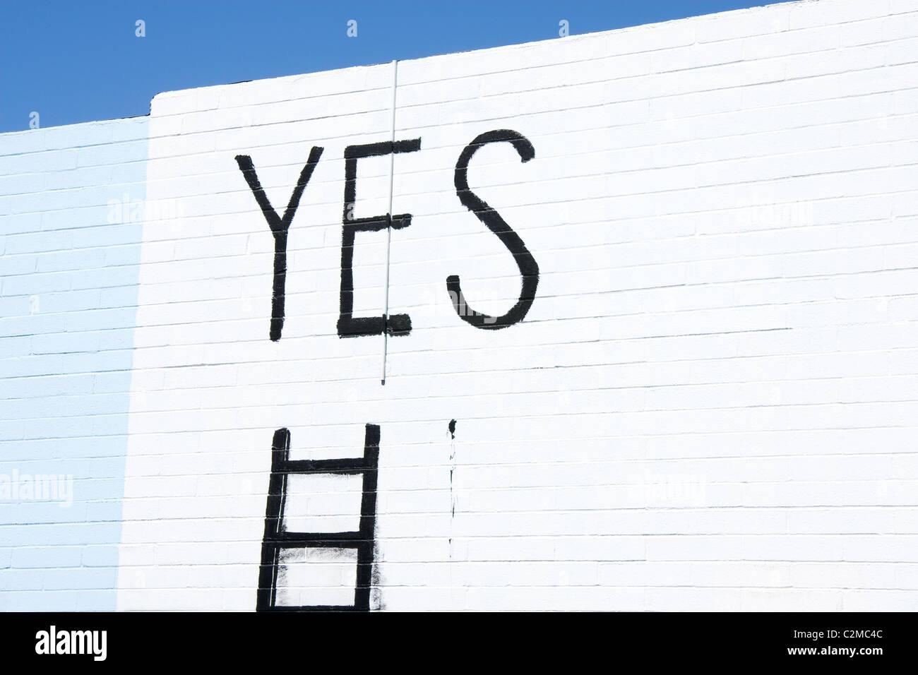 Mot oui écrit sur un mur Photo Stock