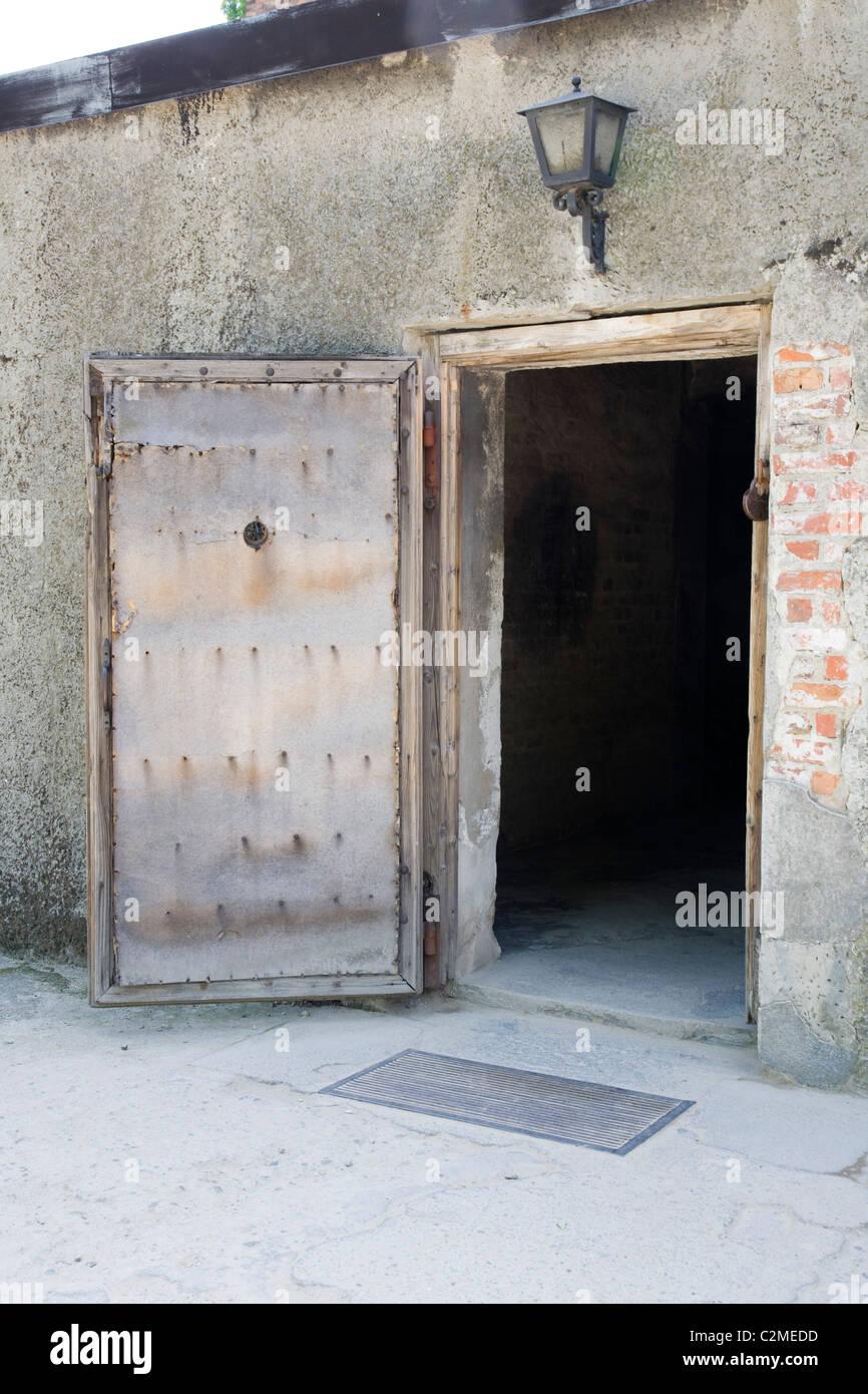 La porte d\'entrée en bois dans les chambres à gaz au camp de ...