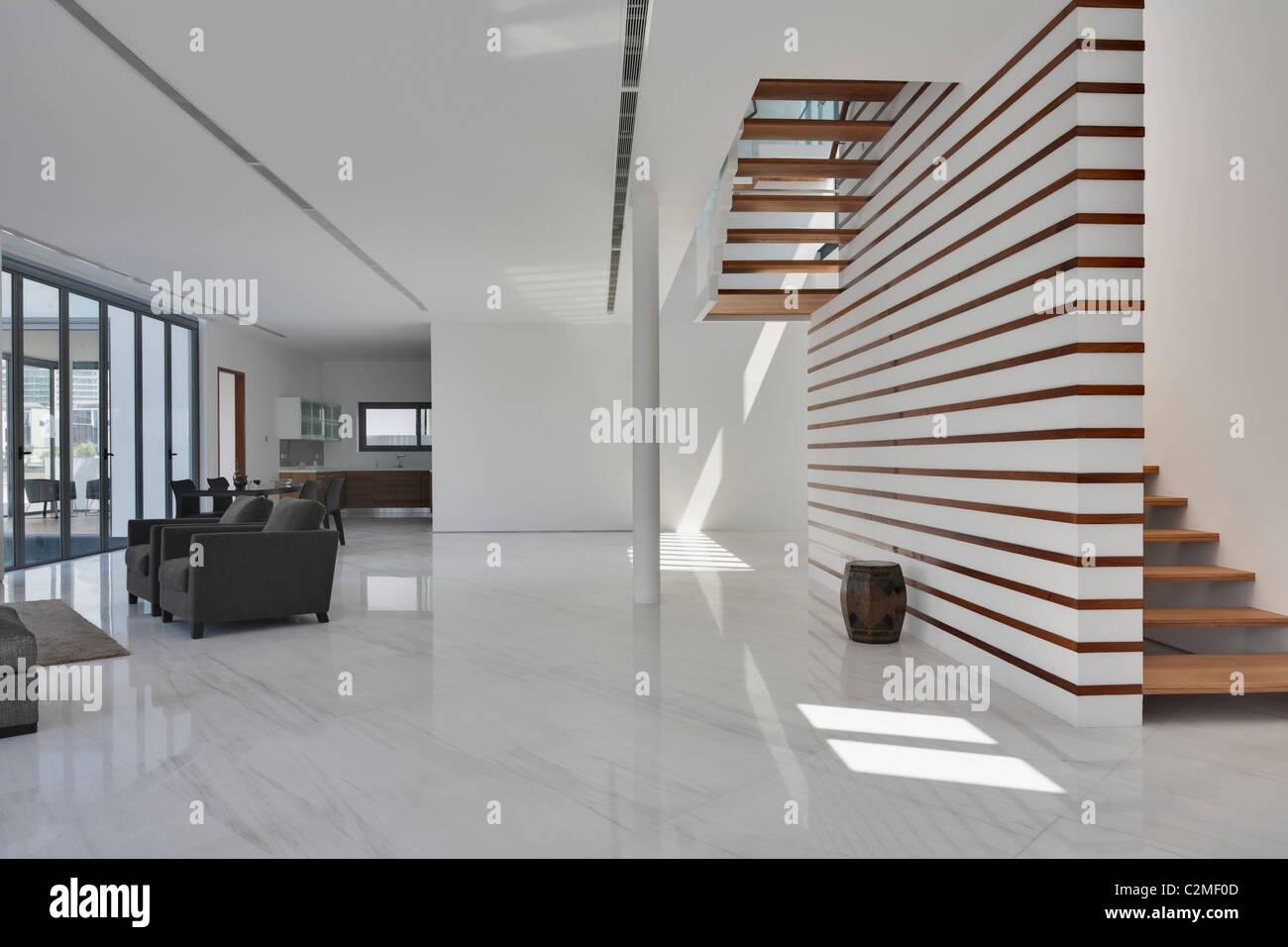 Maison moderne. Blanc spacieux salon ouvert et d\'escalier en ...
