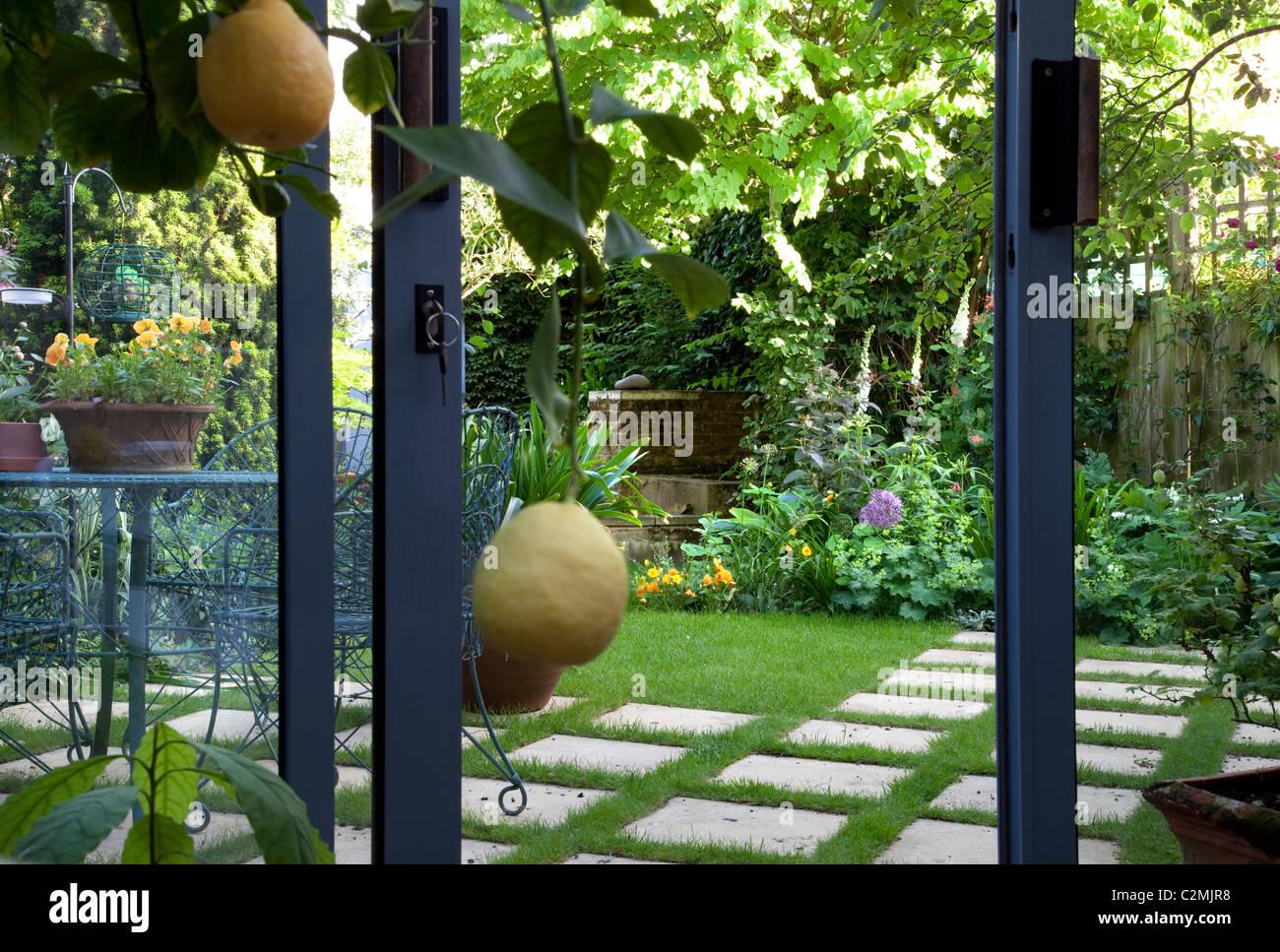 Jardin de banlieue. Vue depuis la véranda. Photo Stock