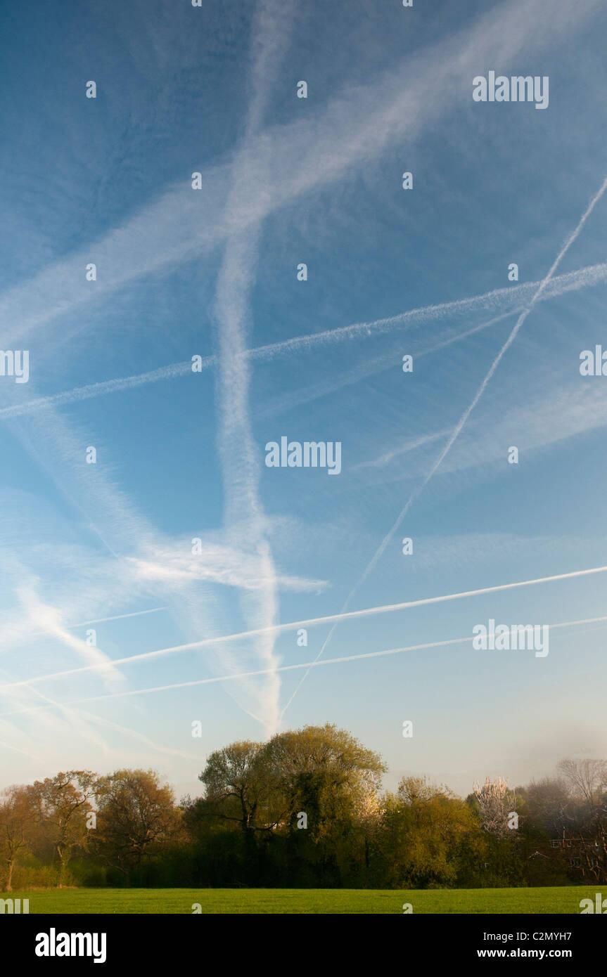 Traînées de dispersion dans le ciel bleu sur campagne Photo Stock