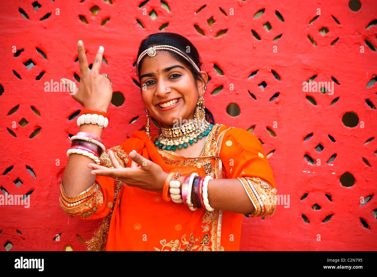 Un Indien fille danse Rajasthani donnant posent avec sourire Photo Stock