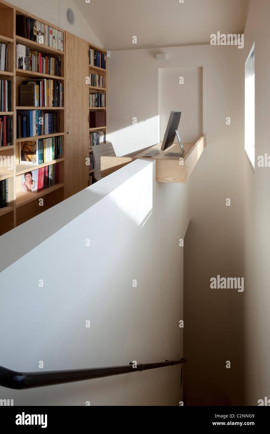 Chambre étroite, Londres. Escaliers et l'atterrissage avec bibliothèques et petite fenêtre permettant Photo Stock